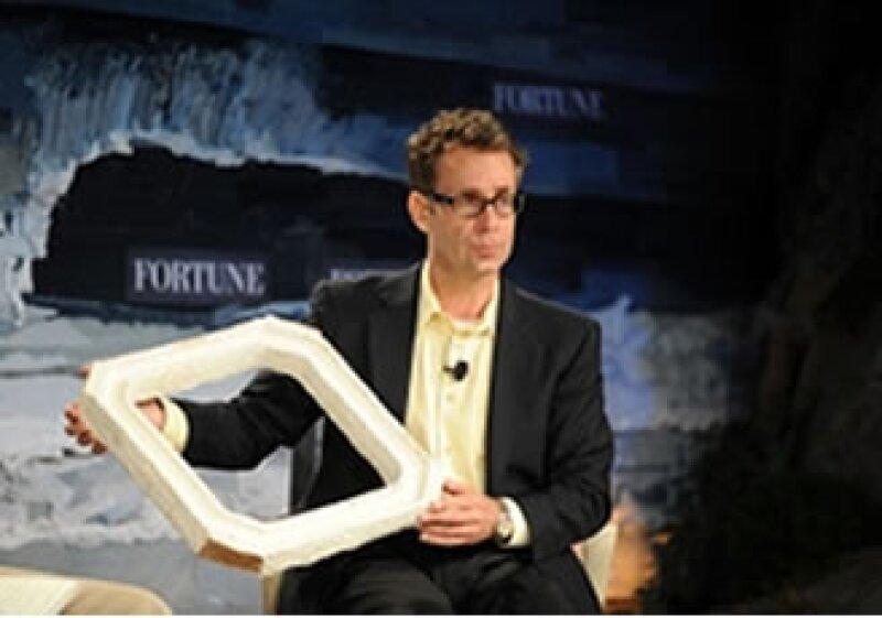 Oliver Campbell, director de gestión de empaquetado de Dell, mostró el empaque que parece tener el mismo peso que otras cajas. (Foto: Cortesía Fortune)