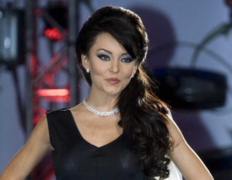 La actriz ha pasado de ser un rubia sexy en 'Rebelde' a una chica mala con el pelo negro en 'Teresa' y se ha convertido en una mujer buena con el cabello castaño en 'Abismo de pasión'.
