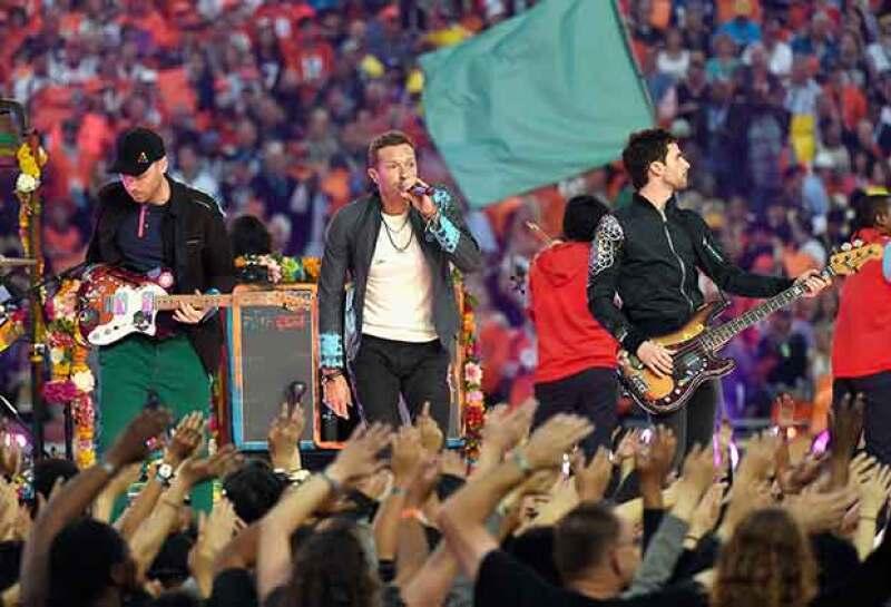 Coldplay durante su show de medio tiempo en el enfrentamiento entre los Broncos de Denver y las Panteras de Carolina.