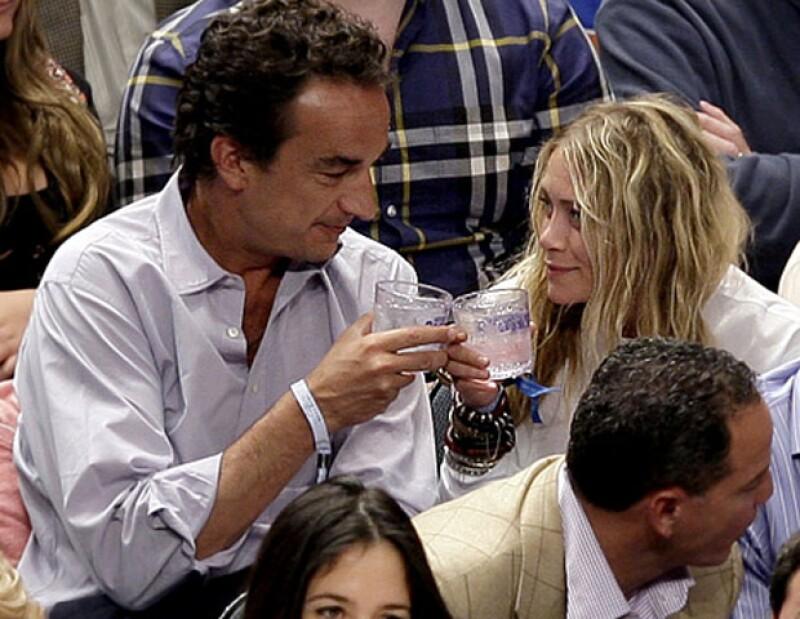 La famosa actriz y diseñadora ya no oculta su relación sentimental con Olivier Sarkozy, hermano del ex presidente de Francia.