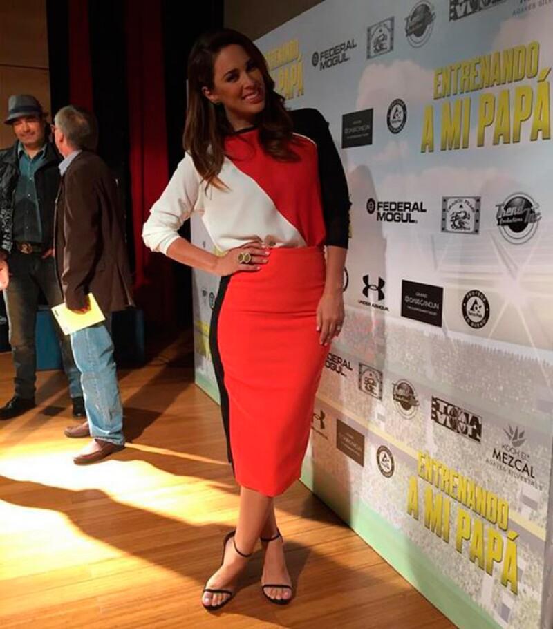 La guapa conductora presumió en redes sociales su outfit para la conferencia de prensa.