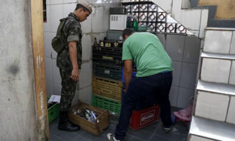 Un soldado brasileño y un trabajador de salud inspeccionan un hogar en la lucha contra el mosquito que propaga la enfermedad del Zika. (Foto: AFP )
