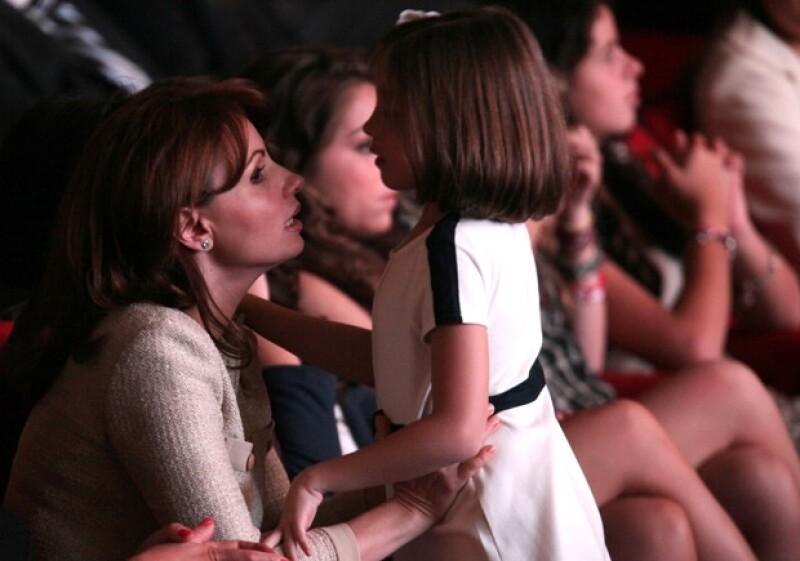 Durante el informe, Angélica atendió a su pequeña hija Regina.