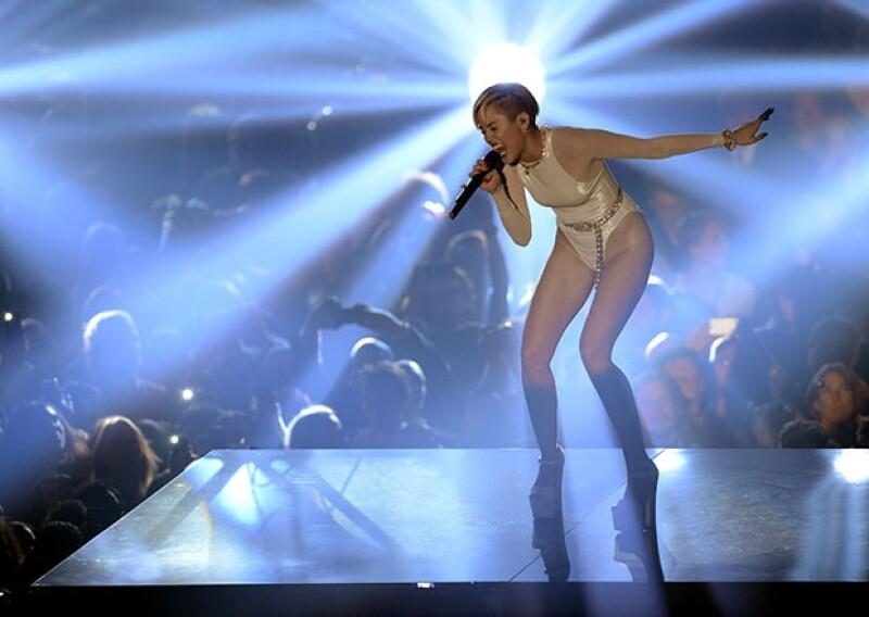 Miley cantó `Wrecking Ball´con mucha emoción en la versión europea de los premios MTV.