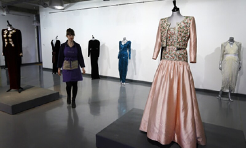 La selección de los vestidos muestra la evolución de la ex aristócrata británica desde la ingenuidad hasta convertirse en un ícono de la moda global. (Foto: AP)
