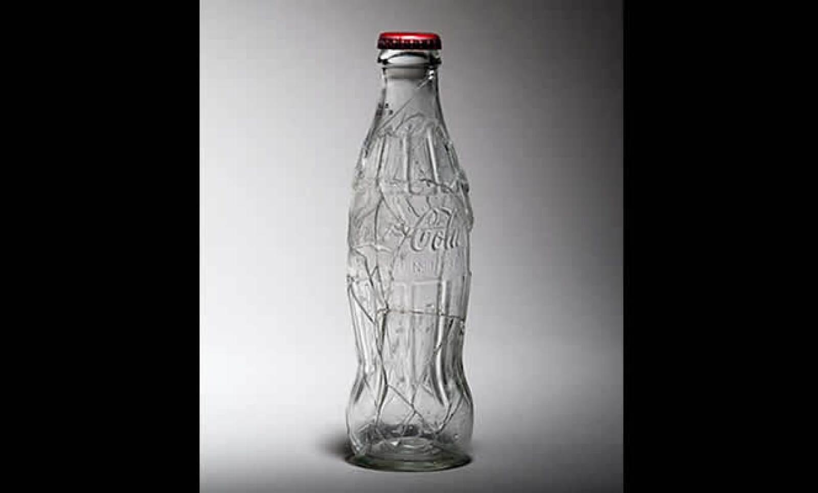 Diego Teo hace esta propuesta que asemeja a una botella de vidrio, con medidas de 20 x 6 cm y que forma parte de la Colección FEMSA, gracias a una donación hecha por el mismo artista..