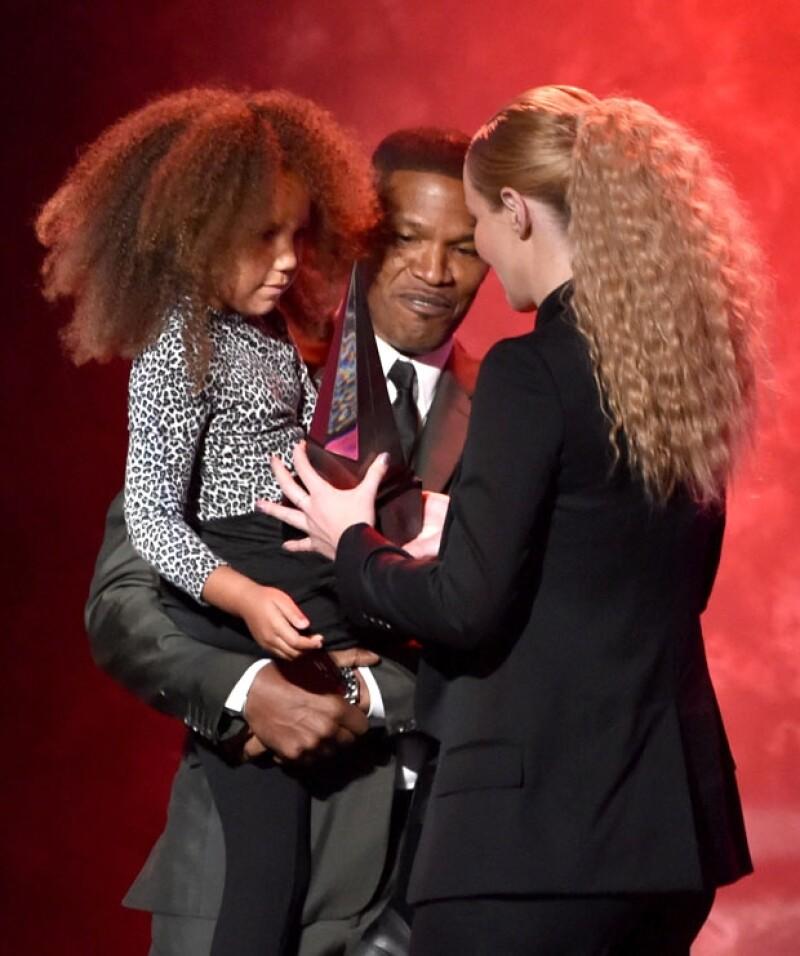 Iggy Azalea recibió su premio de manos de la hija pequeña del actor y cantante.