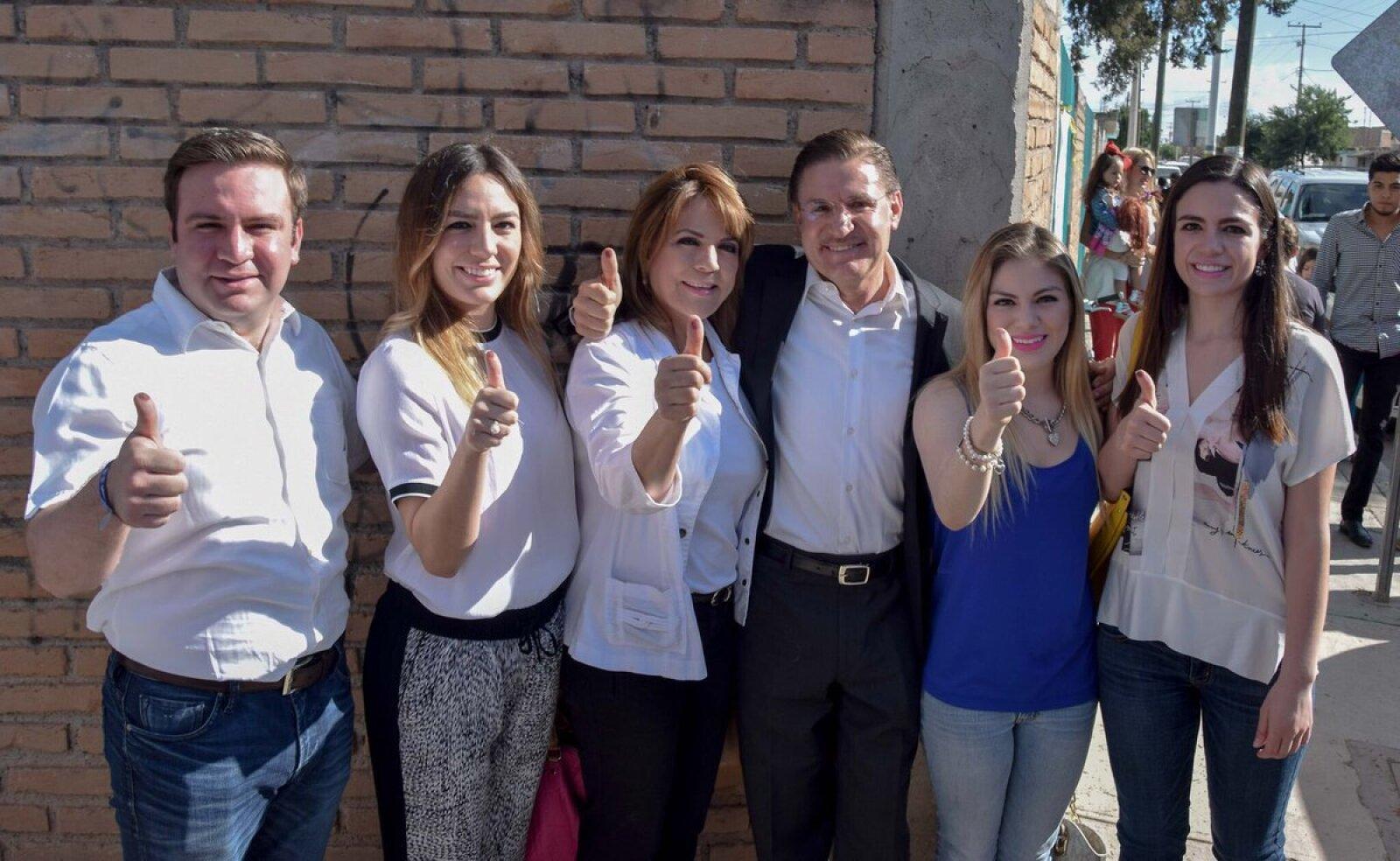 El candidato panista a gobernador por el estado de Durango, José Aispuro, emitió su voto acompañado por su familia y reafirmó su compromiso con el estado y su gente.