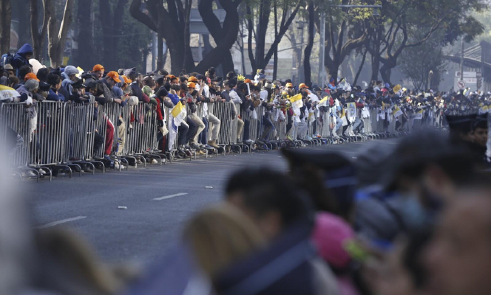 El pontífice saludó desde el papamóvil a los fieles que se dieron cita para verlo antes de su viaje a Ecatepec este domingo.