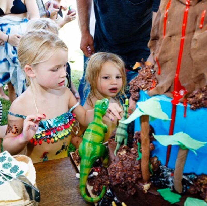 Maxwell y Ace junto al pastel en forma de volcán.
