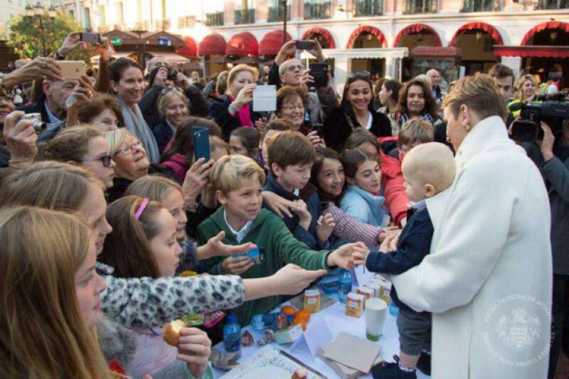 En una fiesta sorpresa en Plaza de Armas, se dieron cita los niños de los colegios de Mónaco para saludar a los príncipes.