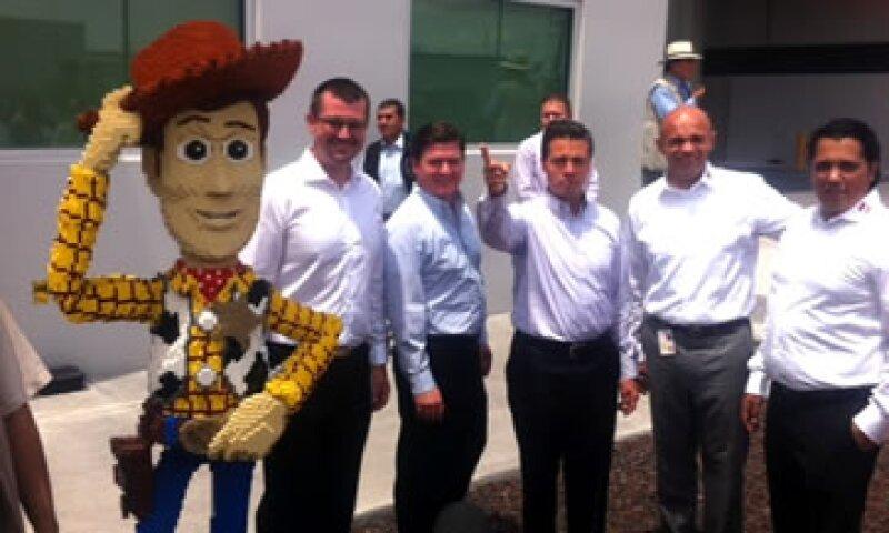 El presidente Enrique Peña Nieto hizo un recorrido previo al anuncio de inversión en la planta de Lego. (Foto: Lizbeth Padilla/CNNMéxico.com)