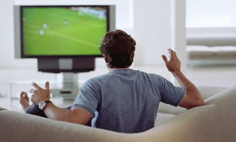 Los mexicanos prefieren ver el futbol por televisión y en su casa, de acuerdo con la encuesta. (Foto: Getty Images)