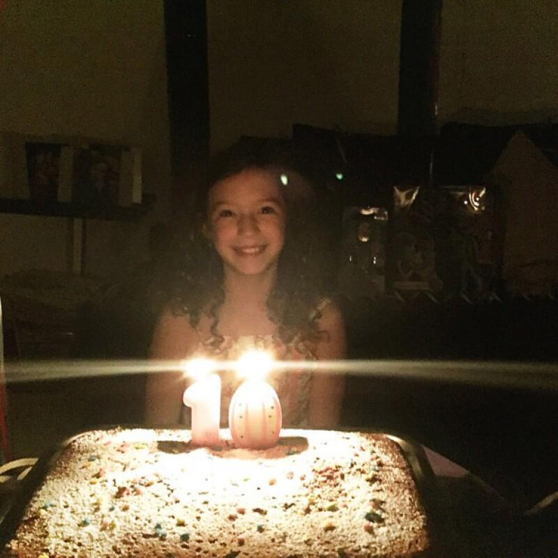 Un día antes de su fiesta Mía sopló las velitas de su pastel, momento que su papá compartió en sus redes sociales, agradeciendo las felicitaciones de sus fans para su hija.