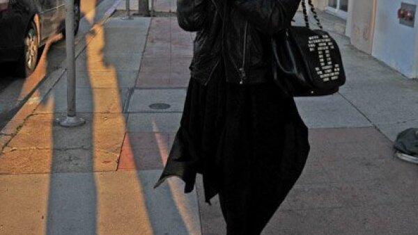 Christina Aguilera hizo uso de su teléfono al salir de un centro médico en California.