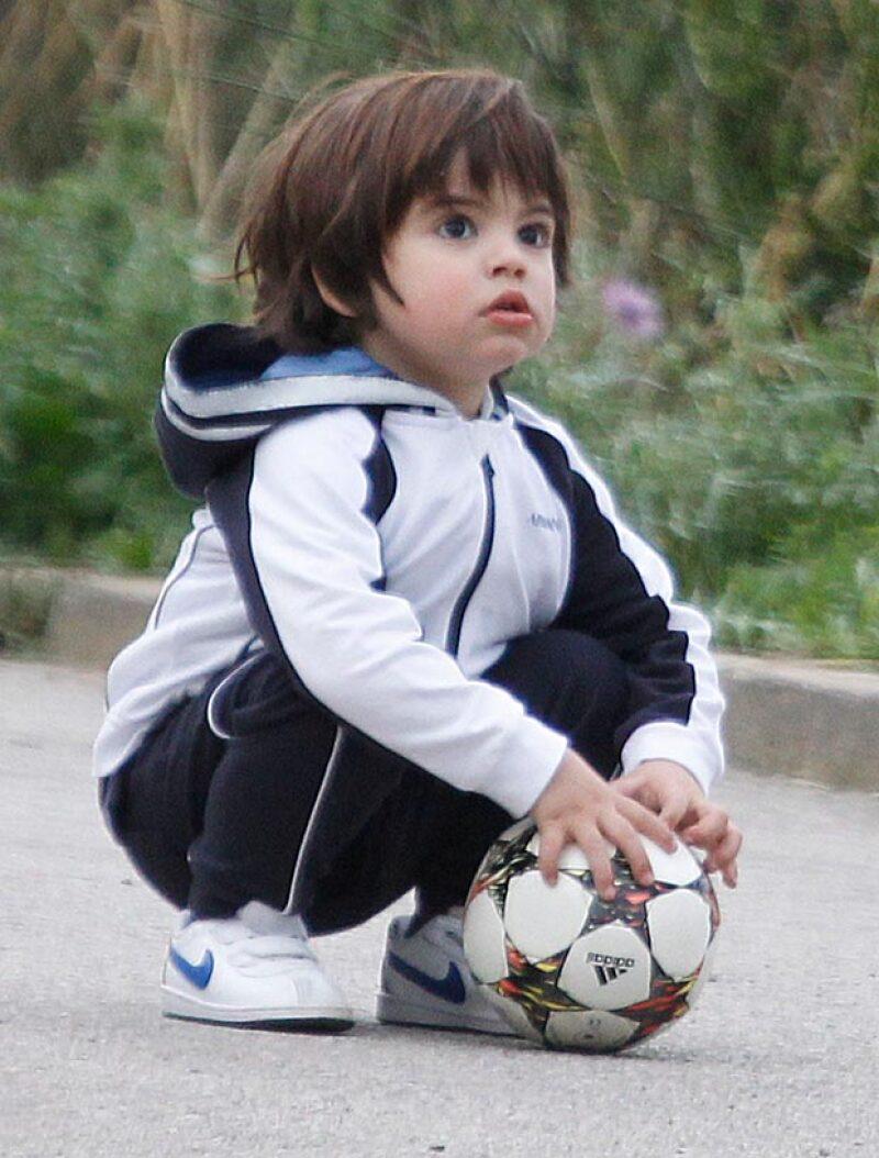 Con look deportivo, Milan juega con cualquier miembro de la familia futbol.