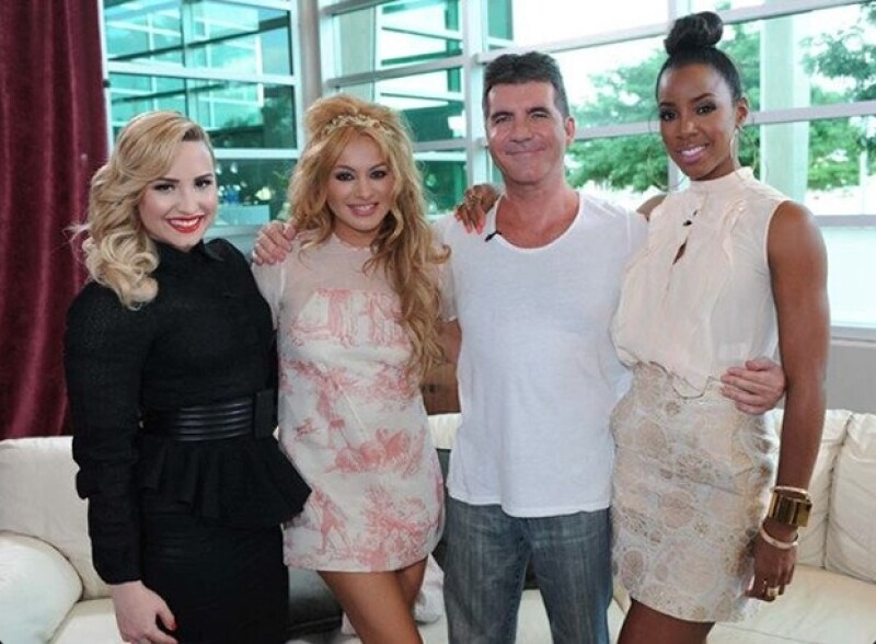 Simon Cowel con sus `hijas´ en The X Factor.
