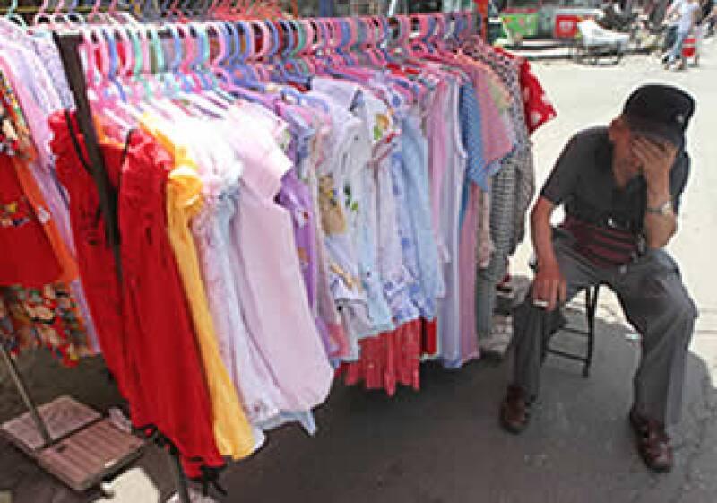 Los tianguis se han vuelto uno de los principales canales de distribución de ropa, superando a la tiendas departamentales, según la CNIV. (Foto: (AP))