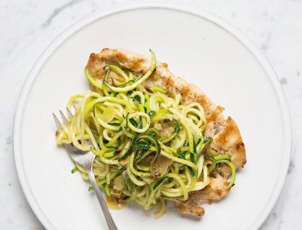 Uno de los platillos favoritos de Gwyneth es el pollo con Noodles de Zucchini.