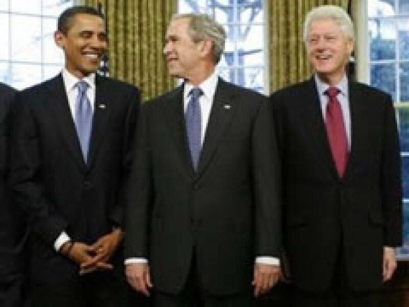 Barack Obama, George W. Bush y Bill Clinton, durante una reunión en la Casa Blanca. (Foto: Reuters)