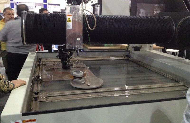 Omax Waterjets les mostr� el desempe�o de una cortadora que funciona con base agua