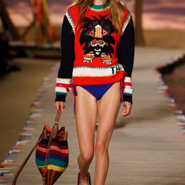 Suéter de algodón tejido a mano de león, bikini azul de crochet, bolsa de crochet y sandalias tipo alpargatas.