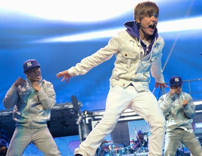 El ídolo pop fue captado mientras practicaba a las afueras de unos estudios en Miami. La sorpresa se la llevaron sus fans cuando se quitó la playera frente a ellas.