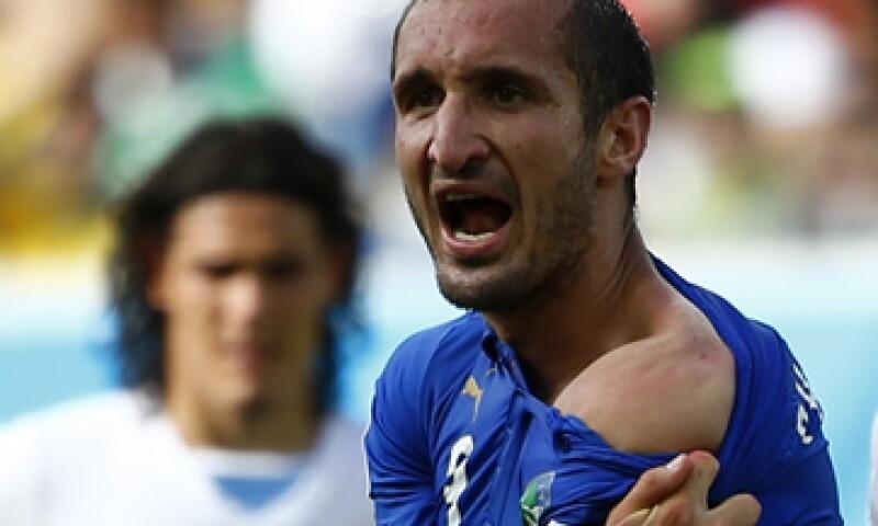 Chiellini, defensa italiano, muestra el presunto mordisco dado por Suárez. (Foto: Reuters)