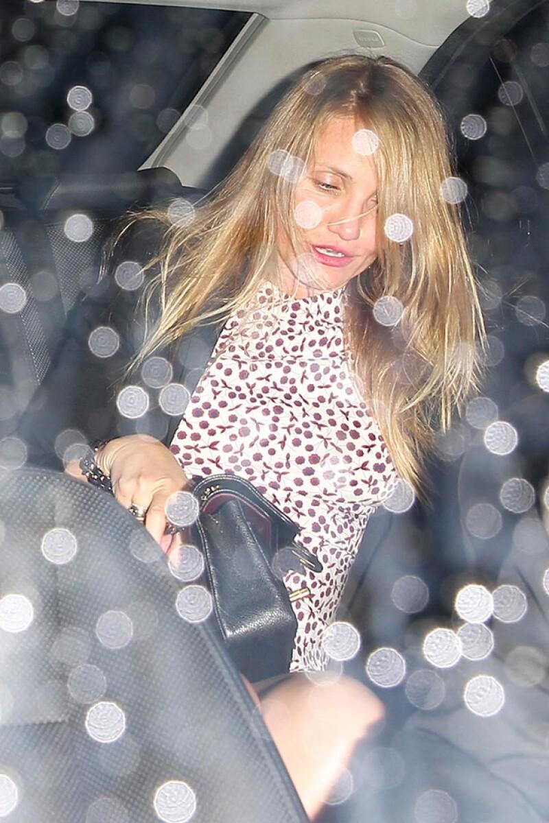 La actriz se veía angustiada dentro del automóvil.