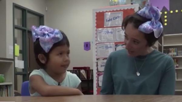 Esta maestra puso un alto al 'bullying' cortándose el pelo como su alumna