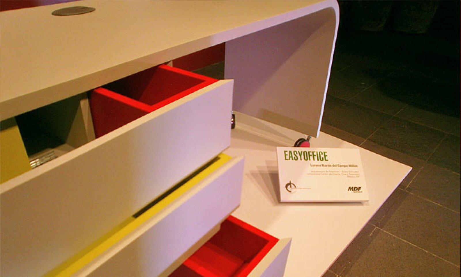 4.Easy office es una estación modular para oficina, hecha con MDF, que es funcional debido a su contenedor, el cual tiene cajones en la parte frontal y en la parte lateral, intercalando sus capacidades y tamaños. Diseño: Lorena Martín del Campo Millán.