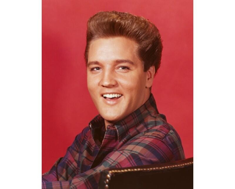 ¡Sorpresa! Elvis era rubio, pero se teñía el pelo de negro porque le gustaba más.