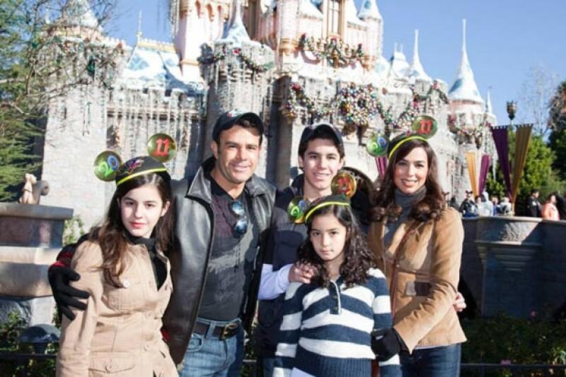 La familia se compone por Eduardo, Bibi y sus tres hijos, Alejandra, Ana Paula y Eduardo.