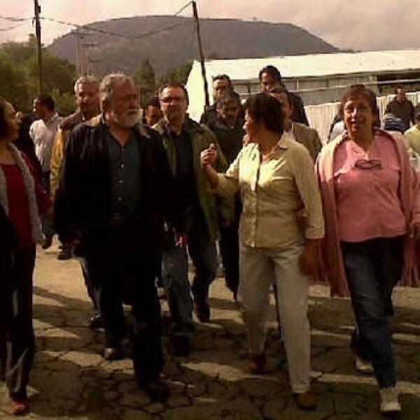 Alejandro Encina sale de su casa para ir a votar