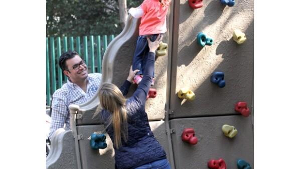 La conductora y su esposo Juan Quiroga convivieron y jugaron con su hija Bárbara en un parque de Polanco.