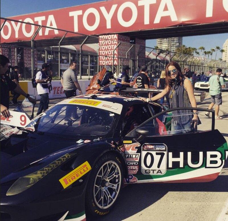 Jacky posa junto al auto de carreras de su esposo.