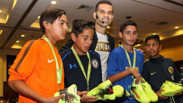 Rafael Márquez con el futuro del futbol mexicano.