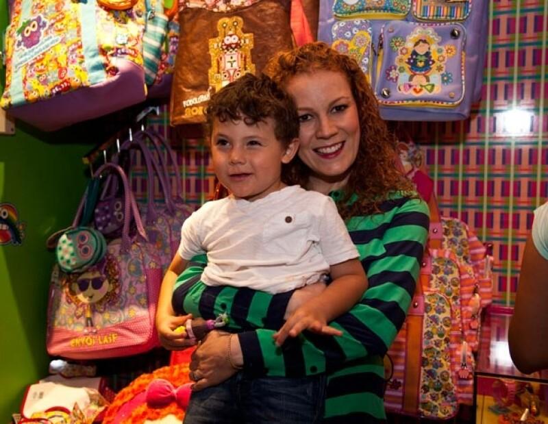 La feliz mamá pasó un día con su hijo en la tienda Distroller.