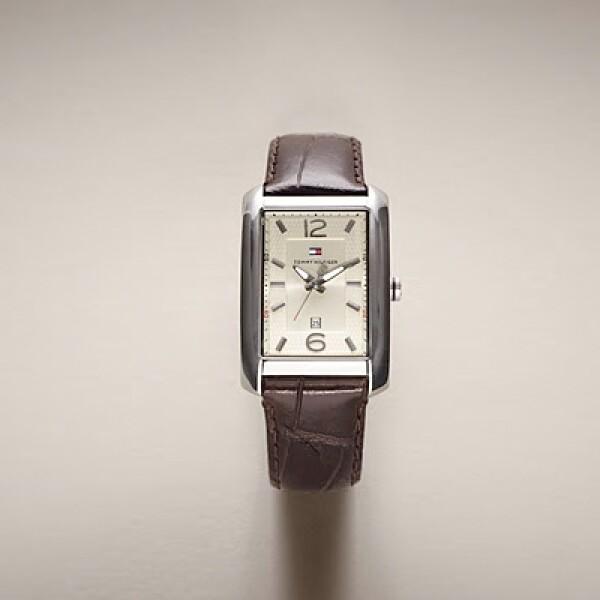 Un reloj para dama, con piel estilo cocodrilo en color café.
