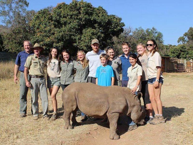 Feliz, posó al lado de trabajadores y voluntarios del African Conservation Experience.