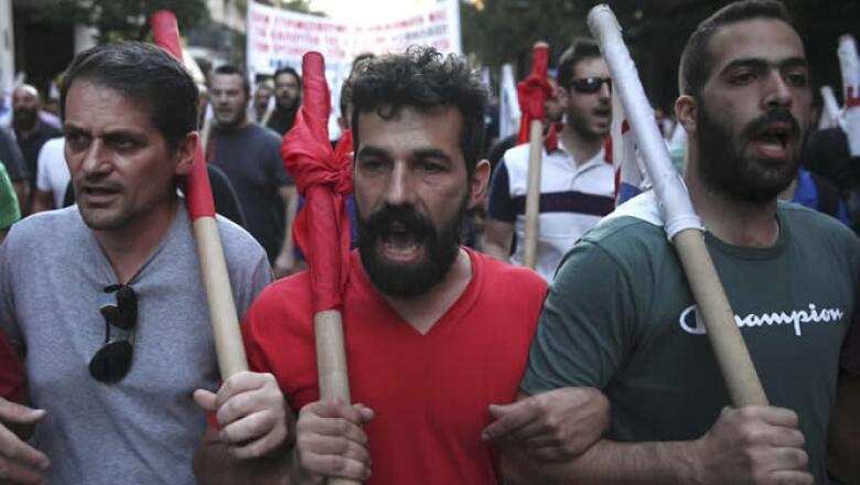 Los enfrentamientos ocurrieron a pocos metros del Parlamento donde se debatió el acuerdo con los acreedores de Grecia.