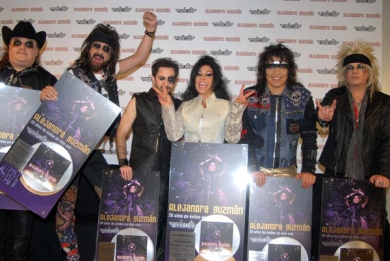 La controvertida cantante y la banda de rock mexicana prendieron a todo su público en un concierto en el Auditorio Nacional, luego de recibir Disco de Platino por sus altas ventas.