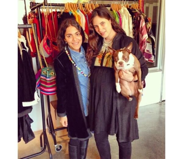 Tatiana, de 29 años junto a su perro Daphne posando con su socia Dana Alikhana en la nueva sala de exposición de su marca Muzungu Sisters.
