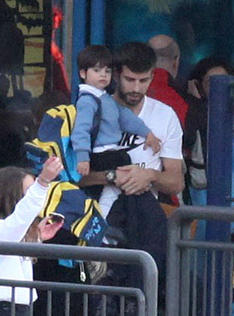 La pareja de Shakira fue captada recogiendo a su pequeño a la salida del colegio en Barcelona, donde demostró ser un padre muy cariñoso.