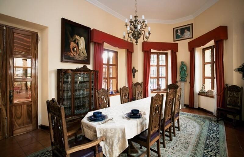 La mayoría de las cosas de la casa son regalos de sus fieles; la vajilla, por ejemplo, es un obsequio de artesanos de Tlaquepaque y tiene su nombre grabado.