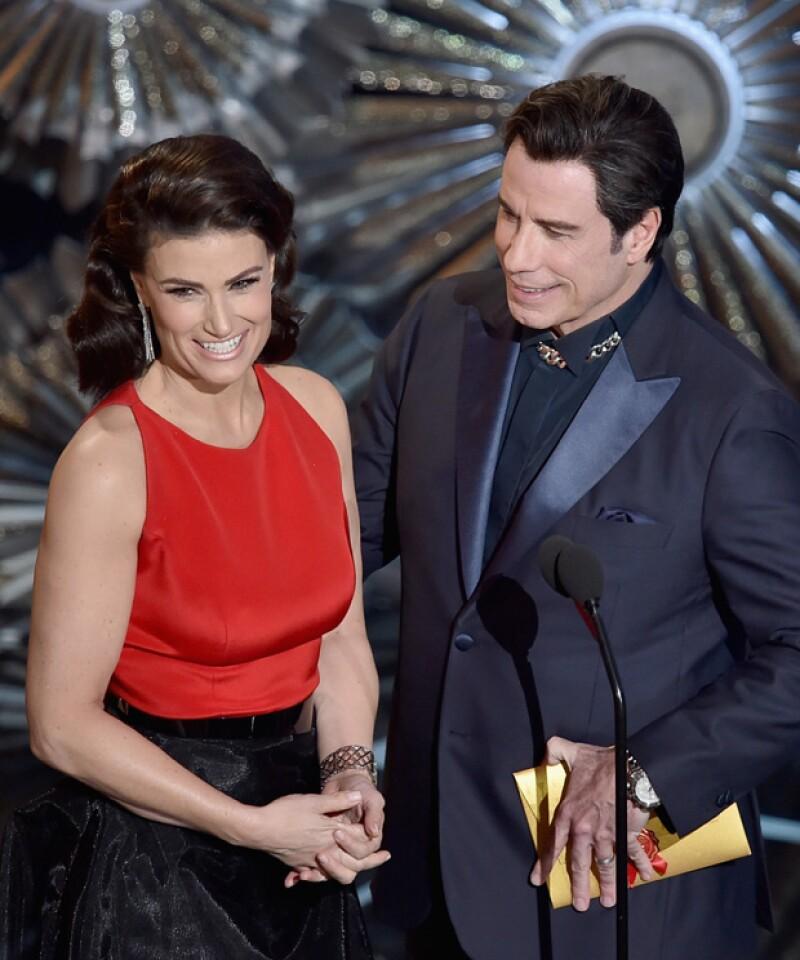 Entregaron juntos el premio por Mejor Canción Original, momento en que ella lo presentó con otro nombre, recordando el error que él cometió el año pasado.