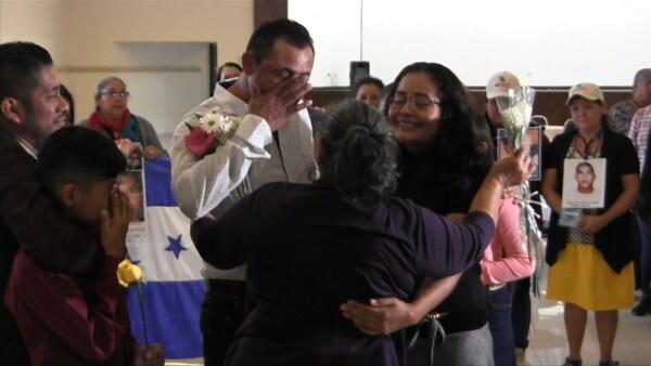 Migrantes se encuentran con su madre tres décadas después