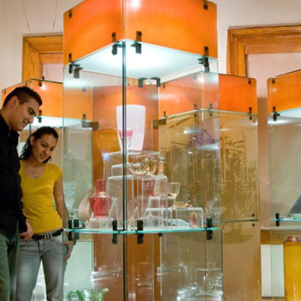 El Museo del Vidrio, cuenta con tres salas en las cuales es posible dar un recorrido cronológico a través de las distintas etapas de la historia del vidrio.