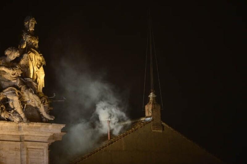 El humo blanco coloreó la lluviosa noche romana y las campanas de la basílica de San Pedro repicaron con fuerza para anunciar al mundo que la Iglesia Católica tiene nuevo papa.