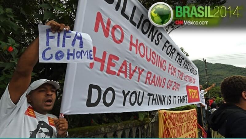 Un grupo de manifestantes que protestó contra los costos del Mundial de Brasil 2014 este lunes en Río de Janeiro